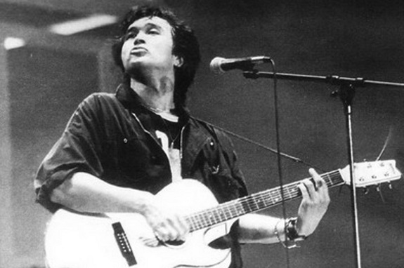 Photo of Viktor Tsoi on stage   Hobby Keeper Articles