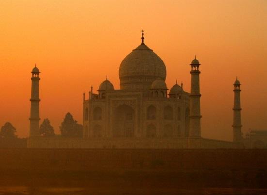 Taj Mahal in Agra through the fog | Hobby Keeper Articles