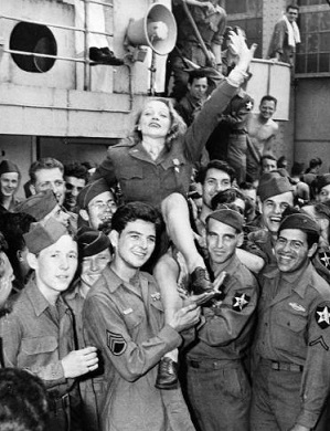 Photo of Marlene Dietrich with soldiers | Hobby Keeper Articles