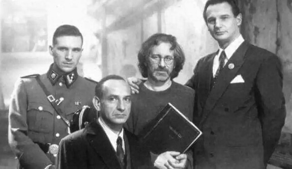 """S. Spielberg, L. Neeson, B. R. Kingsley and Fiennes in the film """"Schindler's List"""" 1993 