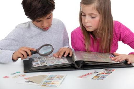 Дети смотрят почтовые марки | Hobby Keeper Articles